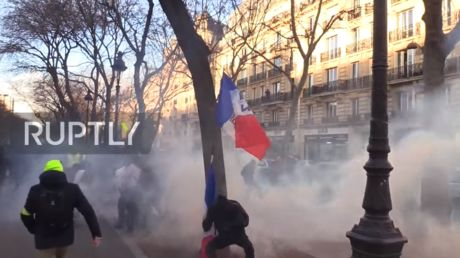 Fierce clashes erupt in Paris as Yellow Vests hit streets for 62nd consecutive weekend