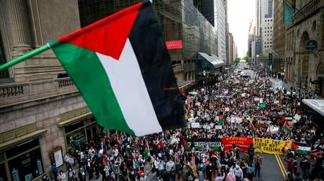Pro-Israeli & pro-Palestine protesters FIGHT in New York City, as inflatable TANK parades through DC