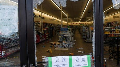 WATCH crowd smash ATMs amid looting & intense street clashes in Minneapolis