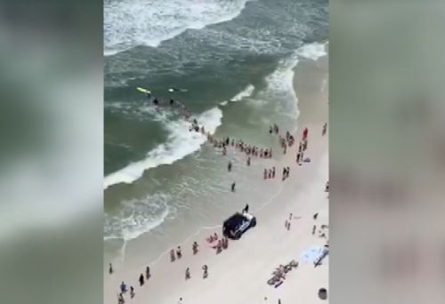 Beachgoers in Florida form human chain in effort to save swimmers in distress