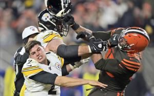 Browns' Garrett ejected for swinging helmet at Steelers QB