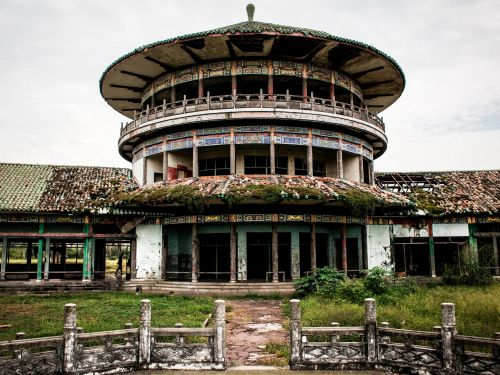 14 haunting photos of abandoned palaces and castles around the world