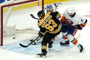 Hall scores 2, Bruins beat Islanders to clinch 3rd in East
