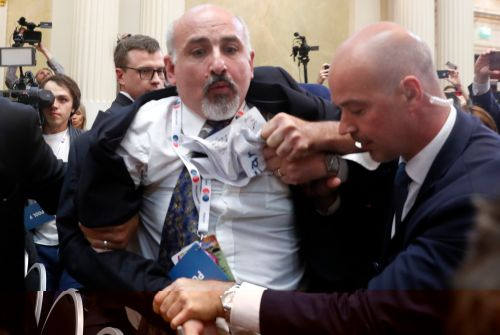 Reporter dragged out of Trump-Putin press conference