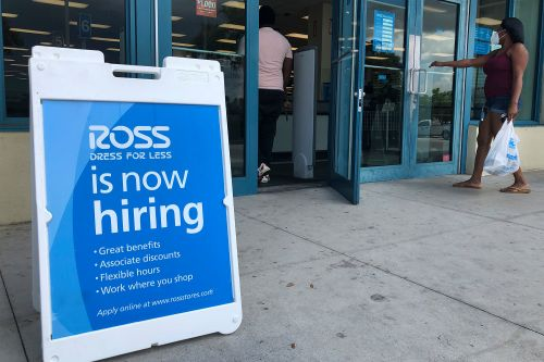 US workers file under a million jobless claims for first time since March