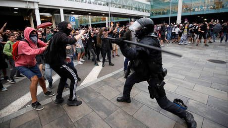 Fierce clashes between Catalan pro-independence protesters & police as angry crowds march on Barcelona airport
