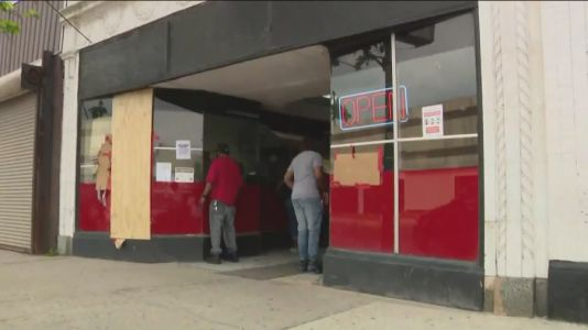 Community helps stop looters from getting into Pullman donut shop