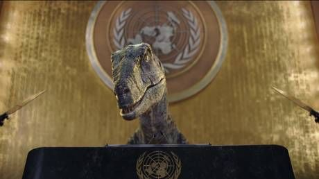 Reptiloids at the helm of the UN? Twitter split after CGI dinosaur lectures humans on downsides of extinction