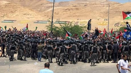 Jordanian police disperse pro-Palestinian & pro-Hamas protesters marching towards West Bank border - media