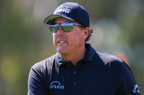 Phil Mickelson falls behind and gets annoyed in US Open first round