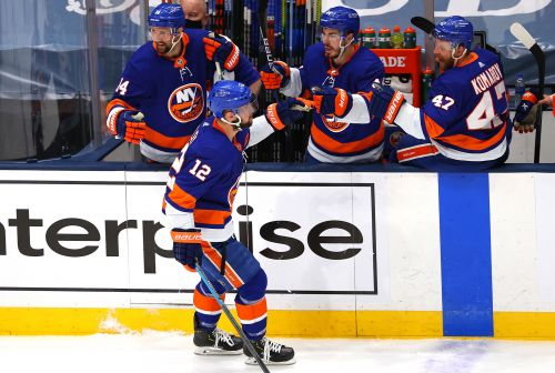 Islanders' second-period dominance continues