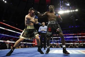 Crawford stops Kavaliauskas to defend welterweight title