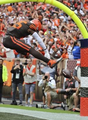 AP source: Browns TE Njoku broke right wrist against Jets