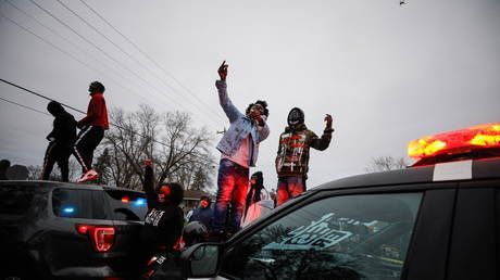 Looting & clashes after protests over police shooting of 20yo black man in Brooklyn Center, Minnesota turn violent