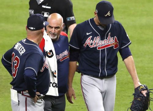Braves' Charlie Morton exits early after breaking right leg