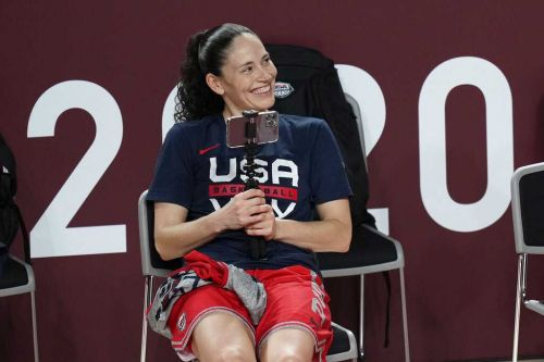 'You are wearing USA jerseys': Sue Bird, basketball team stay on court for national anthem