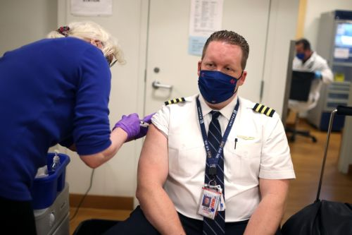 Report: Unvaccinated pilots costing United Airlines millions
