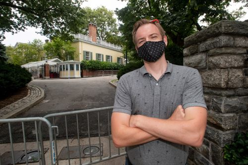 NYPD barricades have turned Gracie Mansion into de Blasio's fortress, neighbors say